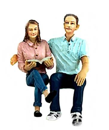 Liliput Figuren, 2 sitzende Figuren, umarmend, Spur G Maßstab 1:22,5